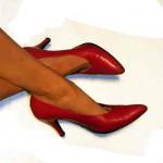 Beine mit roten Schuhen