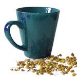 blaue Teetasse mit Kräutern