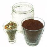 Salz, Kaffee, Kräuter in Gläsern